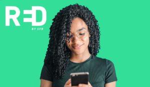 femme cheveux bouclés regarde smartphone