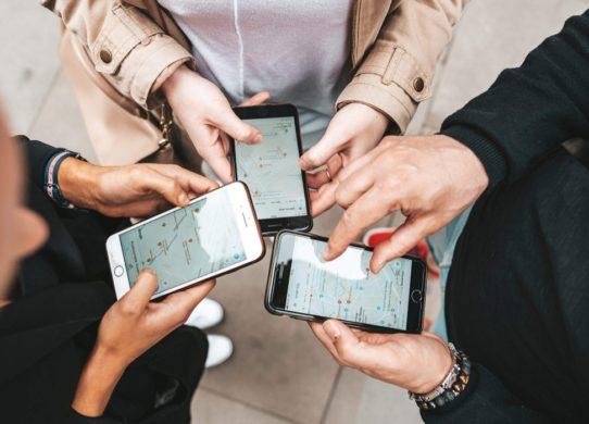 trois personnes avec leur Smartphone